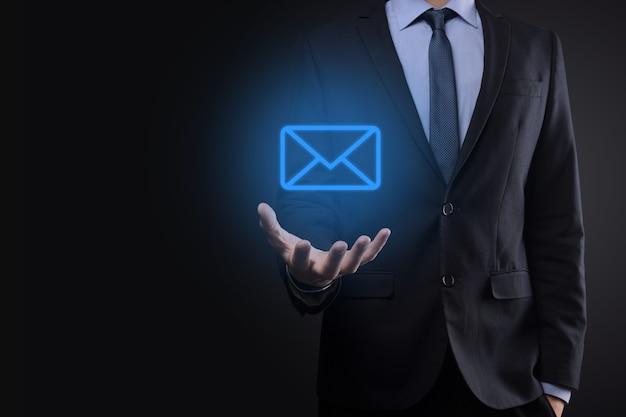 Homme d'affaires détenant l'icône de courrier électronique