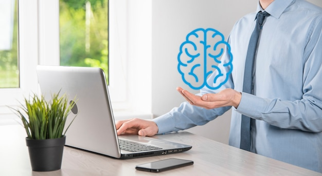 Homme d'affaires détenant des outils abstraits de cerveau et d'icône, appareil, communication de connexion réseau client sur le futur développement virtuel et innovant de la technologie, de la science, de l'innovation et du concept d'entreprise.