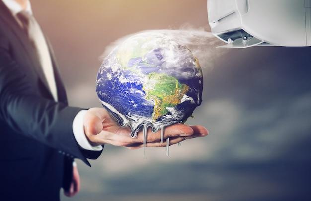 Homme d'affaires détenant la terre qui fond