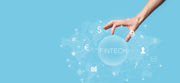 Homme d'affaires détenir fintech - concept de technologie financière. paiement bancaire d'investissement commercial. investissement en crypto-monnaie et monnaie numérique. concept d'entreprise sur écran virtuel.