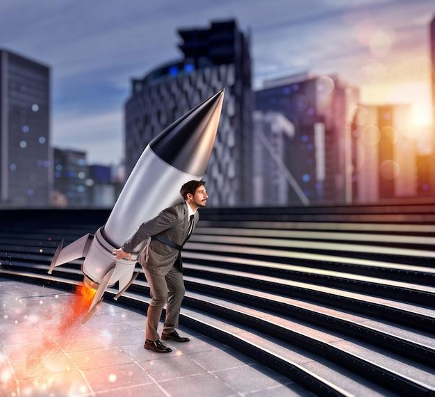 Homme d'affaires de détermination et de pouvoir qui tient une fusée. concept de démarrage