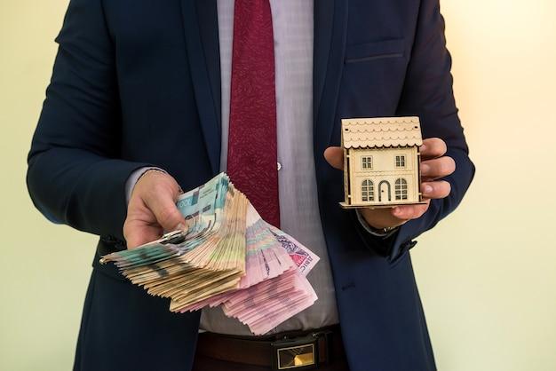 L'homme d'affaires détient les clés de l'appartement