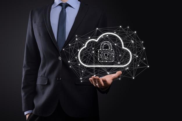 Un homme d'affaires détient, détient des données de cloud computing et une sécurité sur le réseau mondial, un cadenas et une icône de cloud. technologie de l'entreprise.cybersécurité et information ou protection du réseau.projet internet