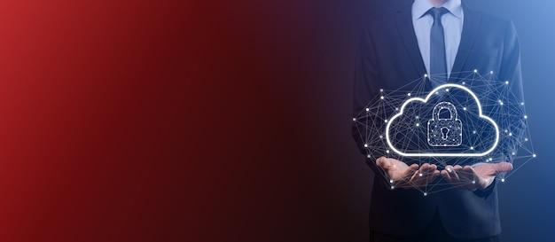 Un homme d'affaires détient, détient des données de cloud computing et une sécurité sur le réseau mondial, un cadenas et une icône cloud technologie de l'entreprise.cybersécurité et information ou protection du réseau.projet internet.