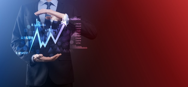 L'homme d'affaires détient des données de vente et un graphique de croissance économique. planification et stratégie d'entreprise. analyser les échanges d'échange. financier et bancaire. marketing numérique de la technologie. plan de profit et de croissance.
