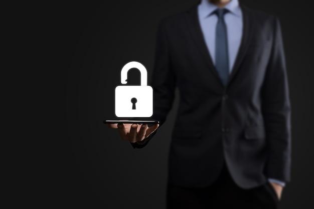 Homme d'affaires détient une icône de cadenas ouvert sur sa paume