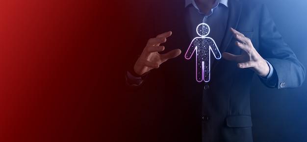 Homme d & # 39; affaires détient l & # 39; icône de la personne de l & # 39; homme. hr humain, icône de personnes concept de structure organisationnelle.