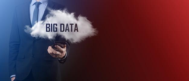 Homme d'affaires détient le nuage avec inscription, mot big data