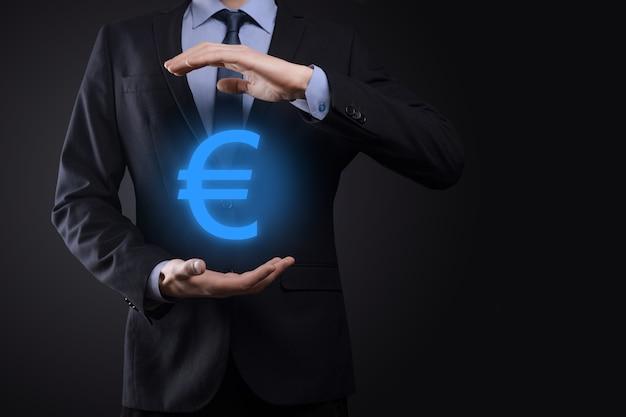 Homme d'affaires détient le symbole de l'euro