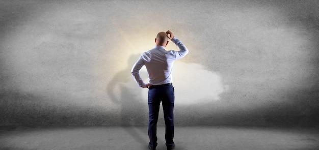 Homme d'affaires devant une météo prévisions soleil et nuages