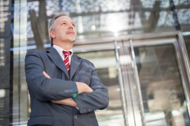 Homme d'affaires devant son bureau