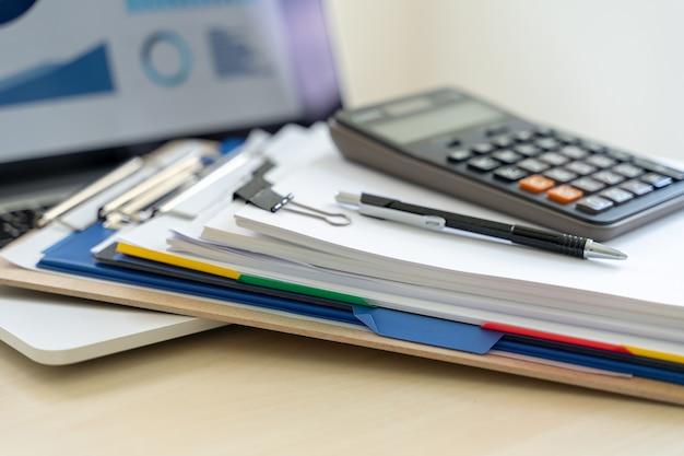 Homme d'affaires documente les rapports d'activité, le succès au travail analyser les plans de document