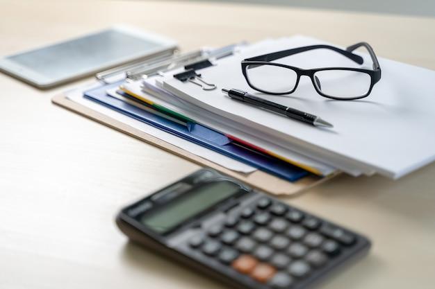 Homme d'affaires documente les rapports de gestion, le succès au travail