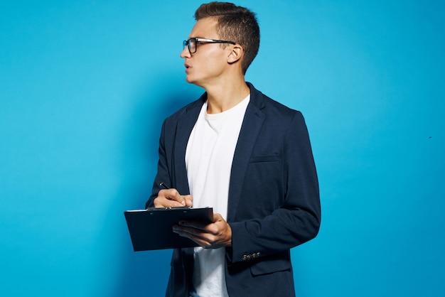 Homme d & # 39; affaires avec des documents en mains et studio de style de vie de travail entreprise