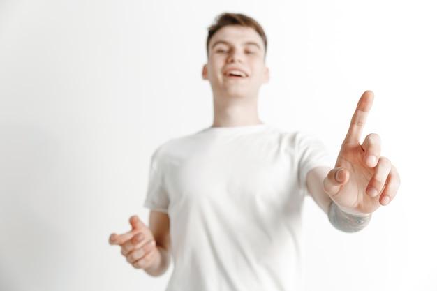 Homme d'affaires doigt touchant la barre de recherche vide