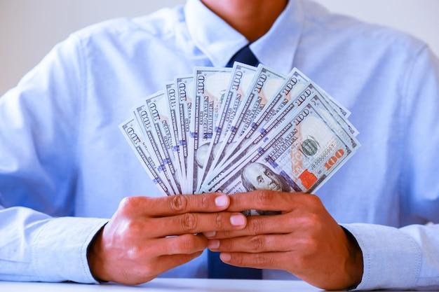 Homme d'affaires avec dollar en espèces - concept d'affaires, tablette et finance, investissement, enregistrer.