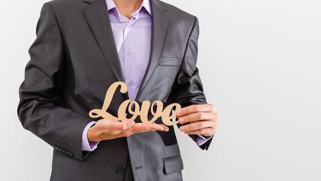 Homme d'affaires donnant de l'amour à un client sur fond isolé - gestion de la relation client