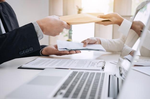 Homme d'affaires en donnant de l'argent tout en concluant un accord avec un contrat immobilier