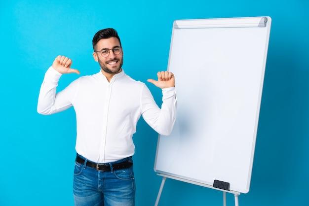 Homme d'affaires donnant une présentation sur tableau blanc donnant une présentation sur tableau blanc et fier