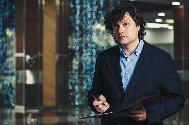 Homme d'affaires avec un dossier dans ses mains au bureau.