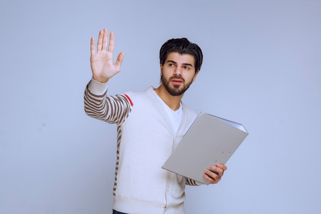 Homme d'affaires avec un dossier de projet serrant la main et saluant ses collègues.