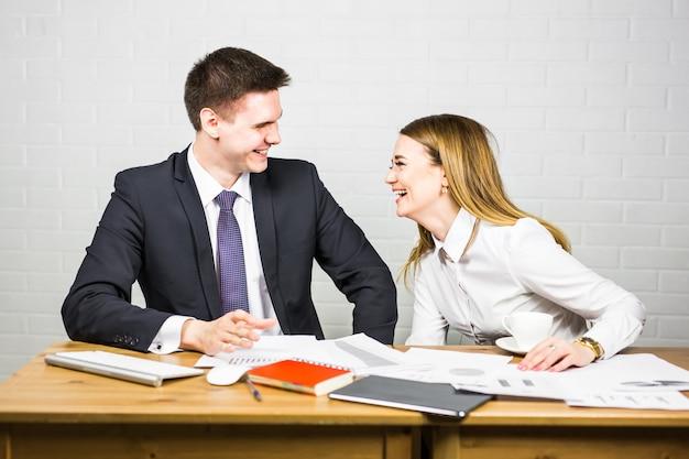 Homme d'affaires drôle racontant une blague pendant la pause-café de la conférence