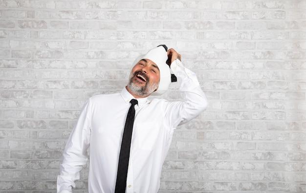 Homme d'affaires drôle avec tête d'ours panda sur une surface blanche