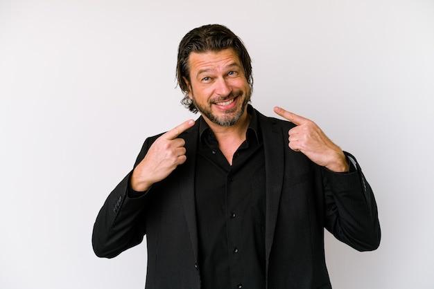 Homme d'affaires du moyen âge néerlandais isolé sur un mur blanc sourit, pointant du doigt la bouche