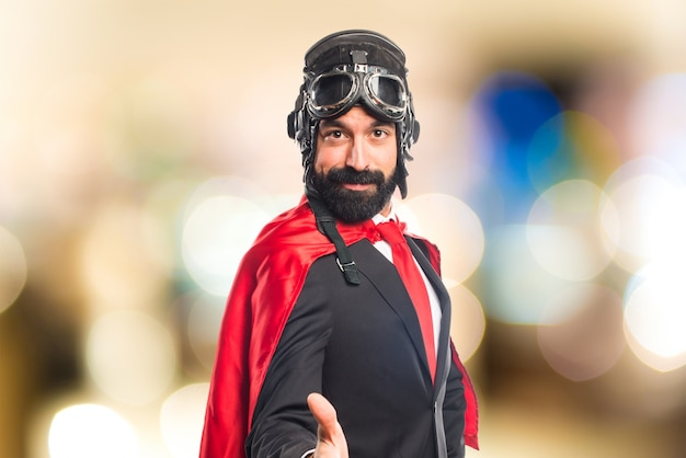 L'homme d'affaires du superhéros fait un accord sur le fond de l'histoire
