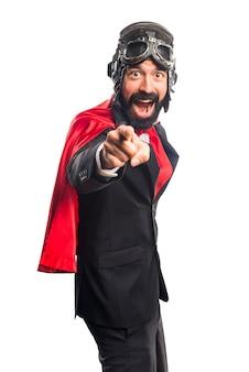Homme d'affaires du superhéros qui pointe vers l'avant