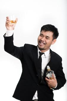 Homme d'affaires avec du whisky sur le fond blanc