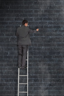 Homme d'affaires sur une échelle