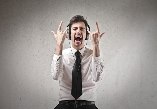 Homme d'affaires en écoutant de la musique
