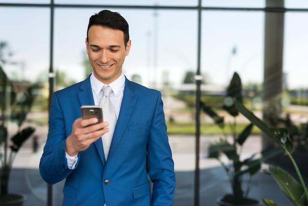 Homme d'affaires, écrire un message texte