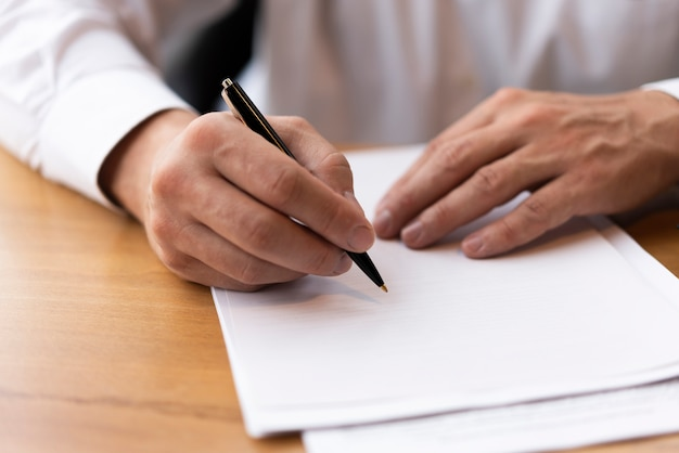 Homme d'affaires écrit sur du papier vierge