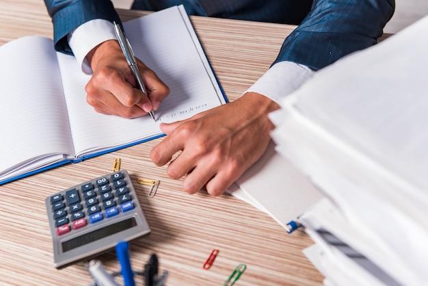 Homme d'affaires écrit un rapport au bureau