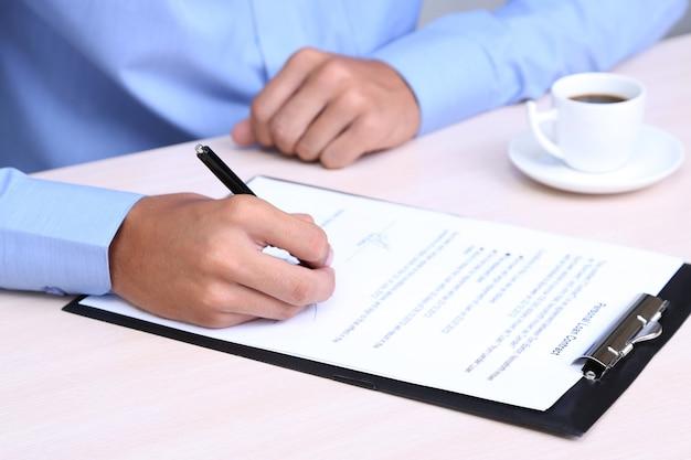 Homme affaires, écriture, sur, document, dans, bureau, gros plan