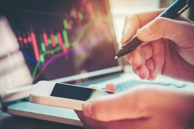 Homme d'affaires, écrivant le graphique commercial du marché boursier
