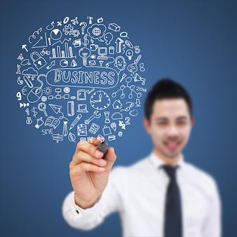 Homme d'affaires écrivant des symboles sur un tableau virtuel.
