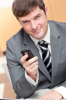 Homme d'affaires élégant, écrire un message texte avec son téléphone mobile