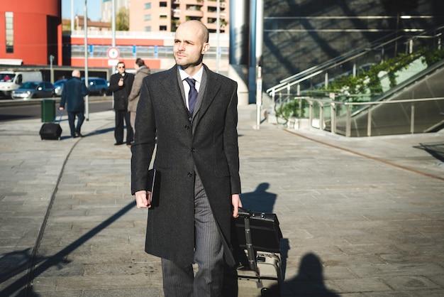 Homme d'affaires élégant élégant à la mode avec tablette