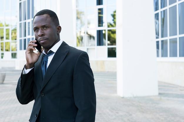 Homme d'affaires élégant faisant un appel téléphonique