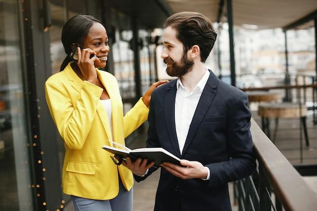 Homme d'affaires élégant travaillant dans un bureau avec un partenaire