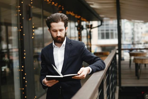 Homme d'affaires élégant travaillant dans un bureau