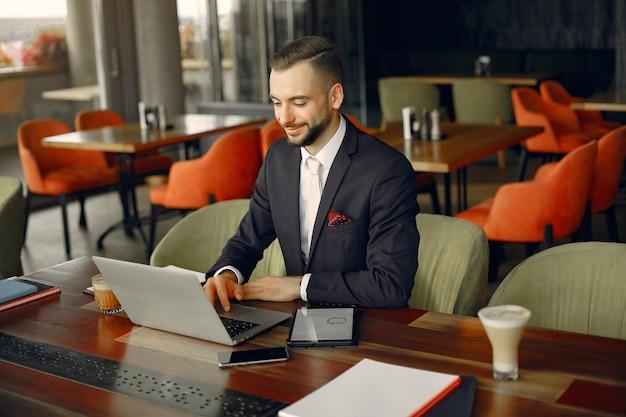 Homme d'affaires élégant travaillant dans un café
