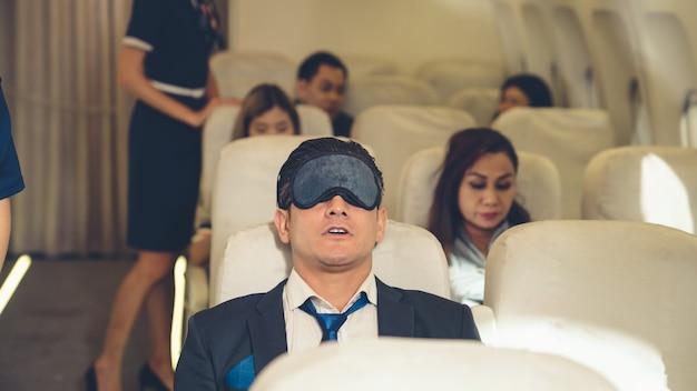 Homme d'affaires endormi voyage en voyage d'affaires en avion