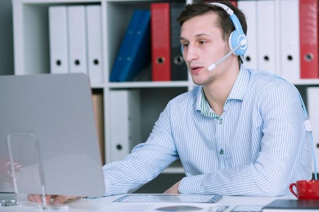 Homme d'affaires engagé dans des ventes actives par téléphone