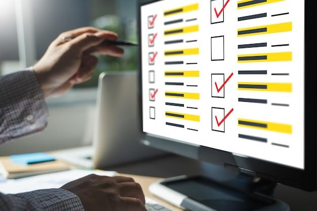 Homme d'affaires enquête et analyse des résultats sondage de découverteconcept test en ligne évaluer l'enquête évaluer sur ordinateur analyse d'évaluation numérique entreprise