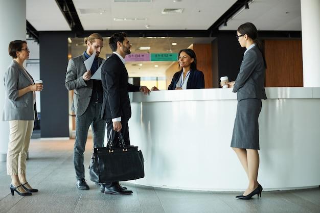 Homme affaires, enregistrement, hôtel