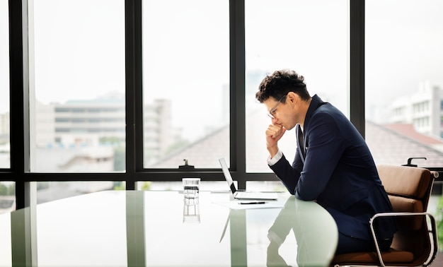 Homme d'affaires entrepreneur planification grave concept de stress